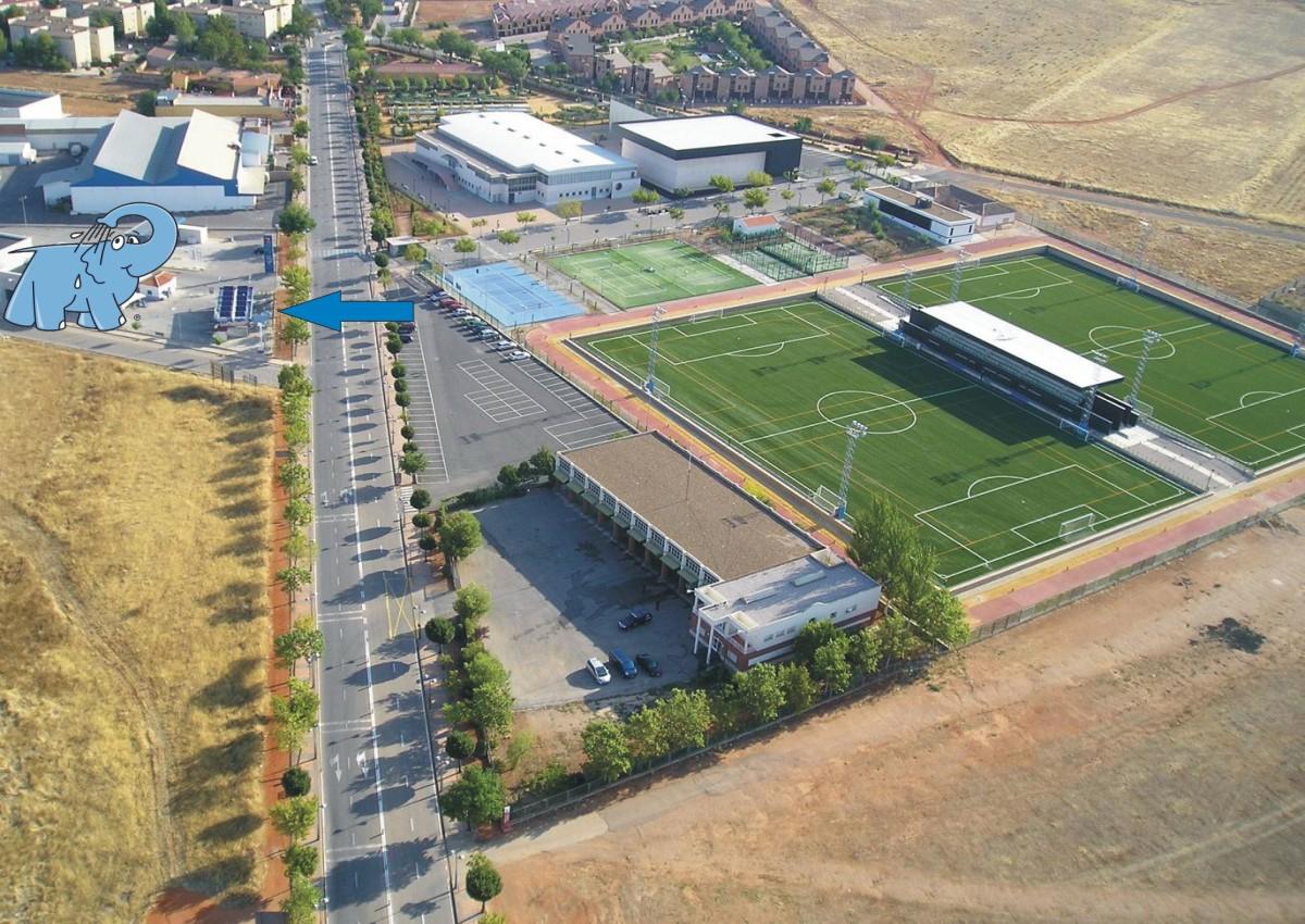 Imagen aérea de la localización del Centro de lavado de coches Elefante Azul Valdepeñas, frente a la Ciudad Deportiva Virgen de la Cabeza.